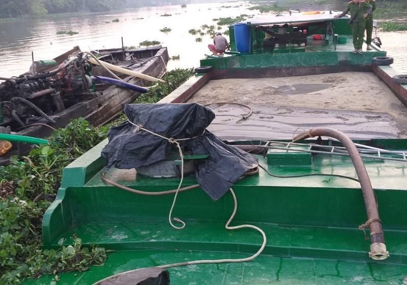 Bắt giữ 2 ghe hút trộm cát trên sông Sài Gòn - ảnh 1