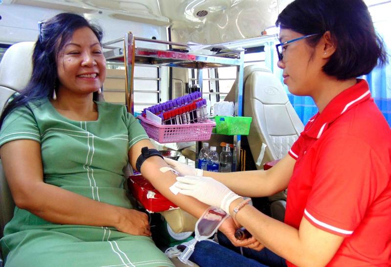 Viên chức TP.HCM hiến máu trong ngày hội 'Tết sum vầy' 2020 - ảnh 8