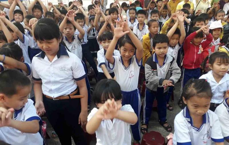 Cách giúp người lớn và trẻ em vượt qua sự căng thẳng COVID-19 - ảnh 2