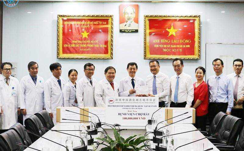 Tổng lãnh sự Trung Quốc tặng quà cho Bệnh viện Chợ Rẫy - ảnh 1