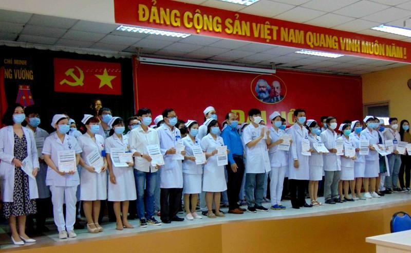 BV Trưng Vương trao bảo hiểm COVID-19 cho 81 nhân viên y tế - ảnh 2
