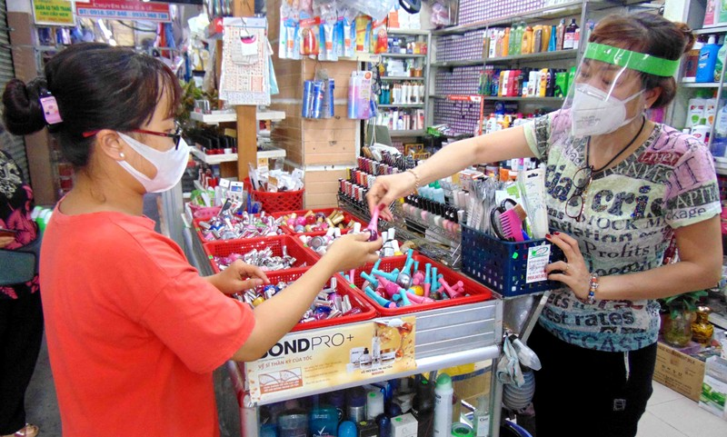 TP.HCM: Chợ Hóc Môn tặng tiểu thương mũ kính phòng COVID-19 - ảnh 2