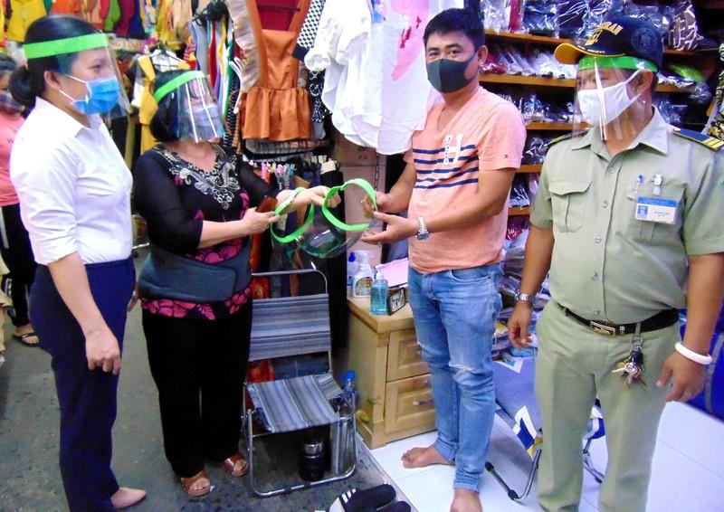 TP.HCM: Chợ Hóc Môn tặng tiểu thương mũ kính phòng COVID-19 - ảnh 1