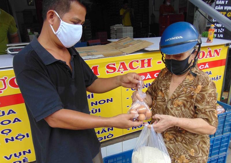 Nhiều người góp thêm gạo vô 'ống gạo' của chủ vựa trứng - ảnh 1