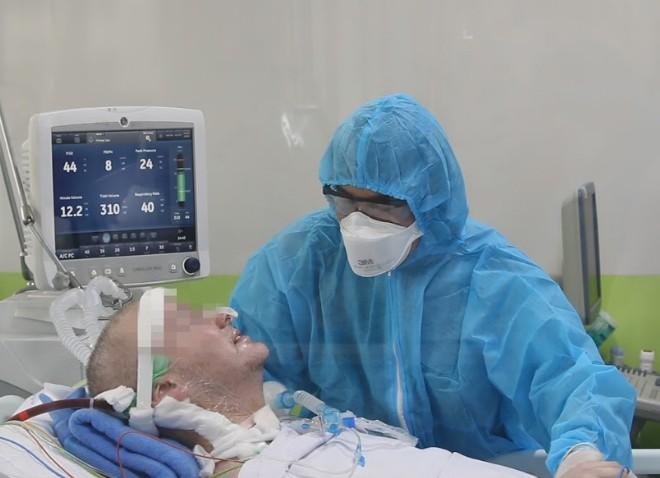 Bệnh nhân phi công người Anh đã mỉm cười, bắt tay bác sĩ  - ảnh 1