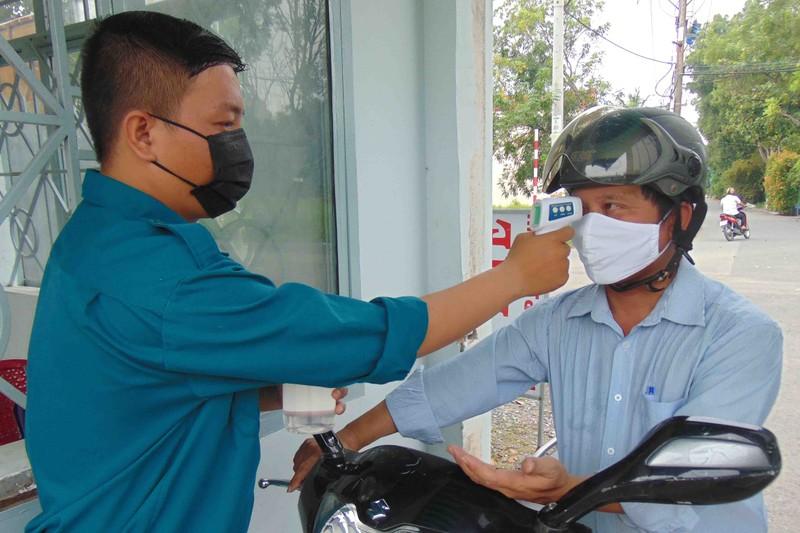 TP.HCM: Các công sở đo thân nhiệt và nhắc dân mang khẩu trang - ảnh 1