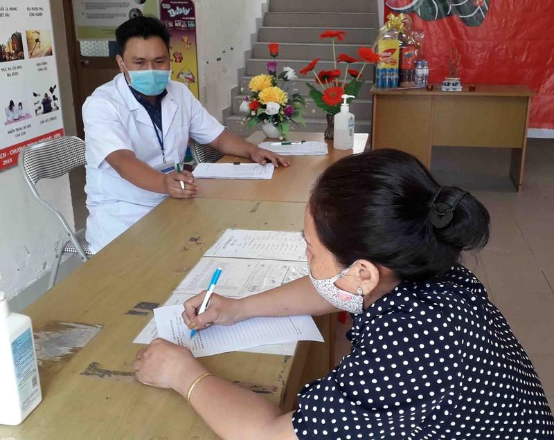 Người dân TP.HCM tự giác khai báo y tế trong ngày đầu năm - ảnh 1