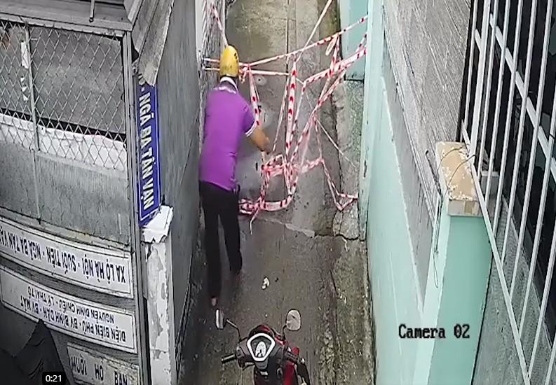 Hóc Môn: Nhắc nhở người đàn ông tự tháo dây phong tỏa để vô hẻm - ảnh 1