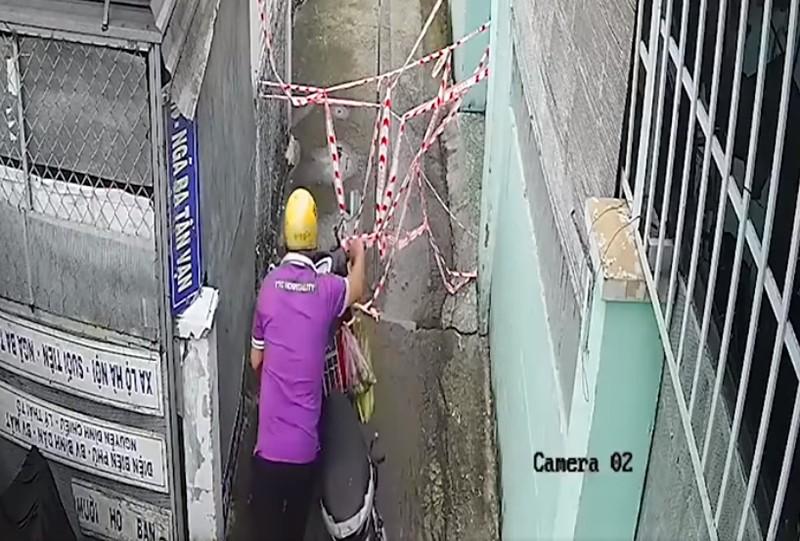 Hóc Môn: Nhắc nhở người đàn ông tự tháo dây phong tỏa để vô hẻm - ảnh 2