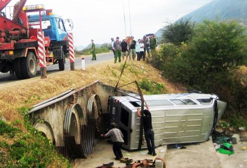 Xe cứu hộ cẩu ô tô khách khỏi hiện trường. Ảnh: Châu Thành
