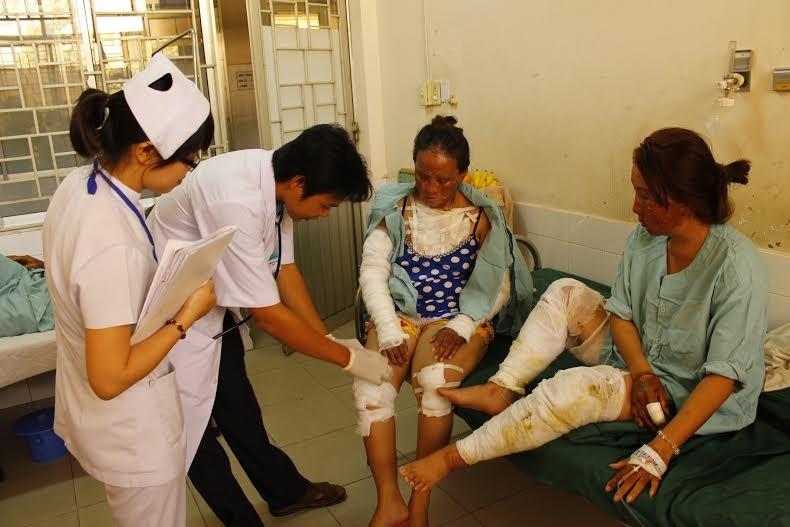 Bác sĩ đang kiểm tra vết thương cho bệnh nhân bị phỏng