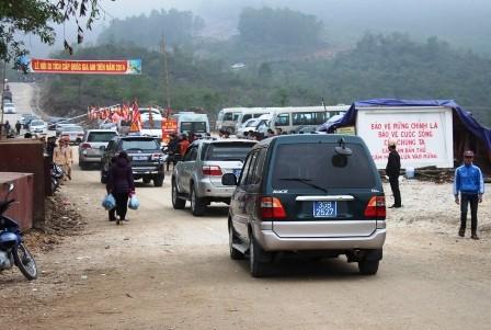 Thanh Hóa: Bất chấp lệnh cấm, xe công vẫn đi lễ chùa - ảnh 1