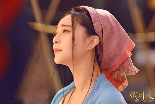 Trước đó, đoàn làm phim công khai loạt ảnh Phạm Băng Băng. Cô vào vai Võ Mị Nương từ khi còn