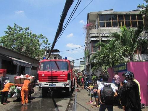 Cháy nhà 3 tầng trong hẻm, cả khu phố náo loạn