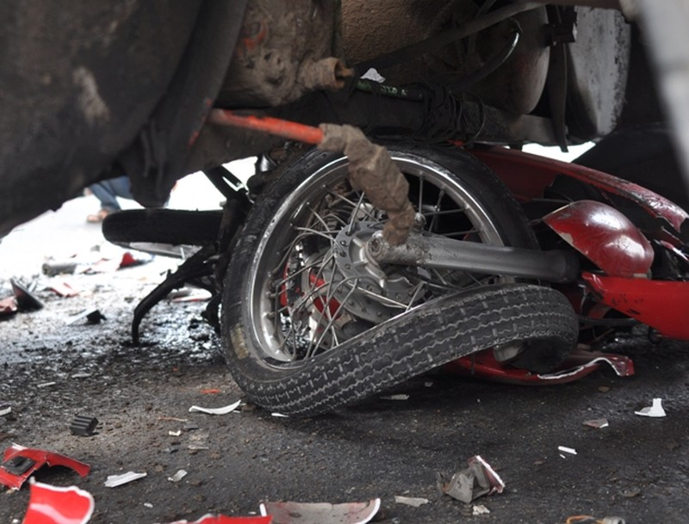 Xe đầu kéo tông xe máy, một người bị thương nặng - ảnh 1