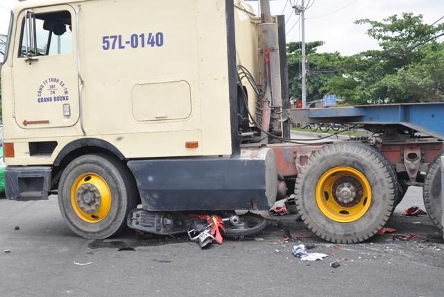 Xe đầu kéo tông xe máy, một người bị thương nặng - ảnh 2