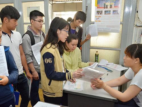 Thí sinh nộp hồ sơ dự thi ĐH, CĐ tại Cơ quan đại diện Bộ GD-ĐT Ảnh: TẤN THẠNH