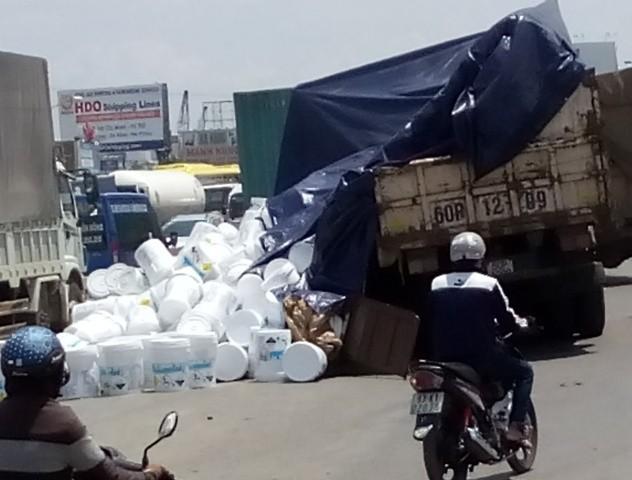 Hàng trăm thùng hóa chất đổ xuống đường gây kẹt xe - ảnh 1