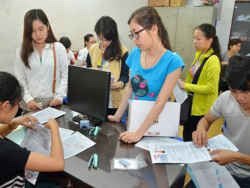 Thí sinh nộp hồ sơ đăng ký dự thi tại Cơ quan Đại diện Bộ GD-ĐT ở TP HCM Ảnh: Tấn Thạnh