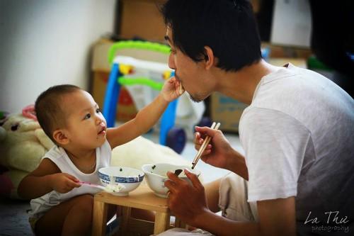 Tự trang bị nhiều kiến thức nuôi dạy trẻ, hơn 18 tháng ròng tự tay chăm từng bữa ăn giấc ngủ của con, anh tự hào mình chưa cho con dùng đến một viên thuốc nào. Khi con có dấu hiệu bệnh, anh chọn khám ở những bác sĩ không lạm dụng thuốc. Ảnh: NVCC.