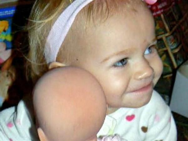 Bé gái 11 tháng tưổi tử vong do bị bỏ quên trong xe ôtô - ảnh 1