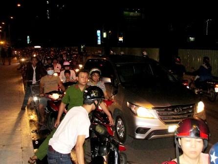 Xe máy tông taxi, giao thông trên cầu Thanh Đa tê liệt - ảnh 1