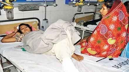 Kanta được đưa tới viện với vài vết thương ở chân. Ảnh: Times of India.