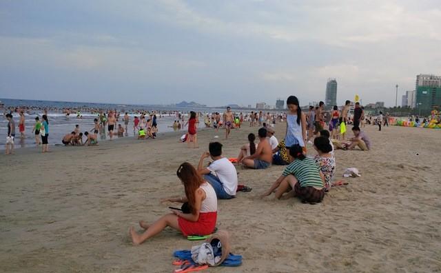 Đà Nẵng: Bắt đầu xử phạt hành vi xả rác, tiểu tiện ở bãi biển - ảnh 1