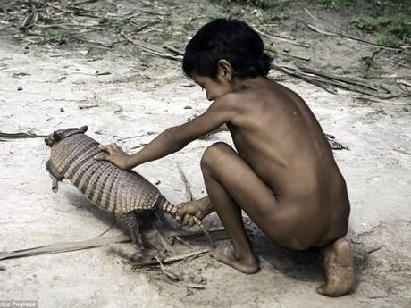 Bộ tộc kỳ lạ: Nhận động vật hoang dã làm con - ảnh 4