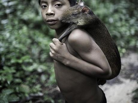 Bộ tộc kỳ lạ: Nhận động vật hoang dã làm con - ảnh 8