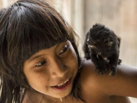 Bộ tộc kỳ lạ: Nhận động vật hoang dã làm con - ảnh 9