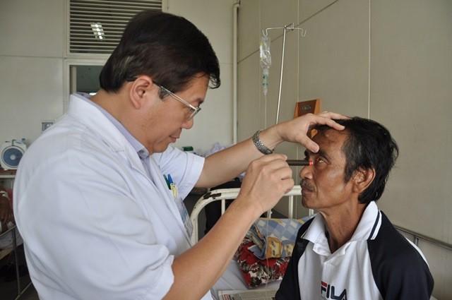 Ông Huỳnh Văn Nén xuất viện và sẽ tiếp tục tập đi xe máy - ảnh 1