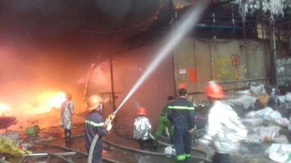 Sau tiếng nổ lớn, hỏa hoạn thiêu rụi xưởng gỗ - ảnh 1