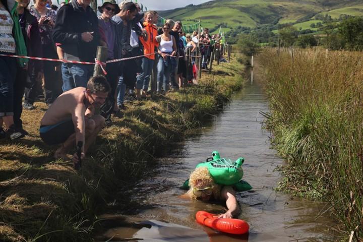 Ngộ nghĩnh với giải vô địch lặn bùn dùng ống thở - ảnh 3