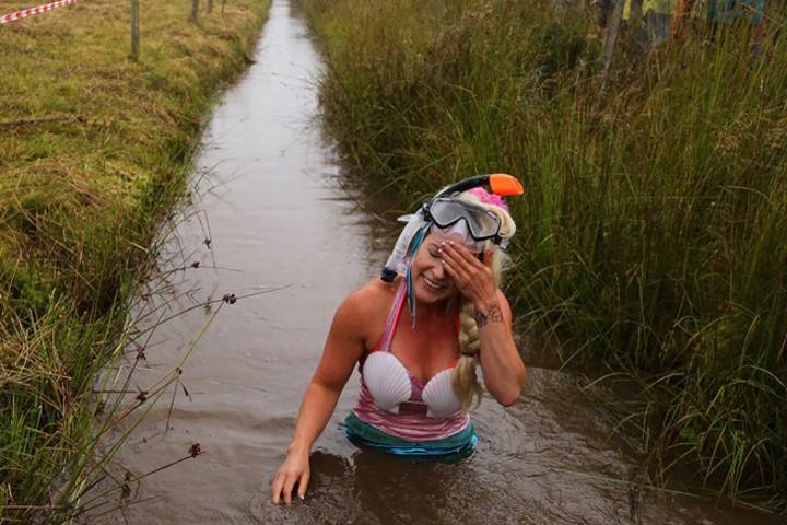 Ngộ nghĩnh với giải vô địch lặn bùn dùng ống thở - ảnh 11