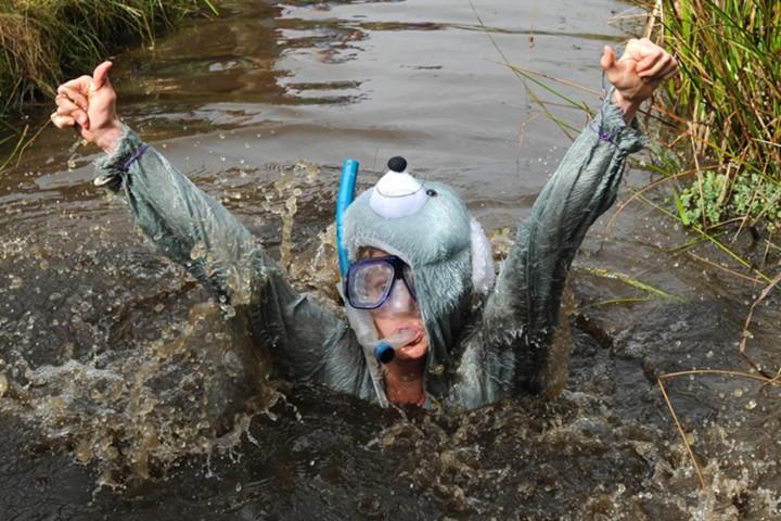 Ngộ nghĩnh với giải vô địch lặn bùn dùng ống thở - ảnh 1