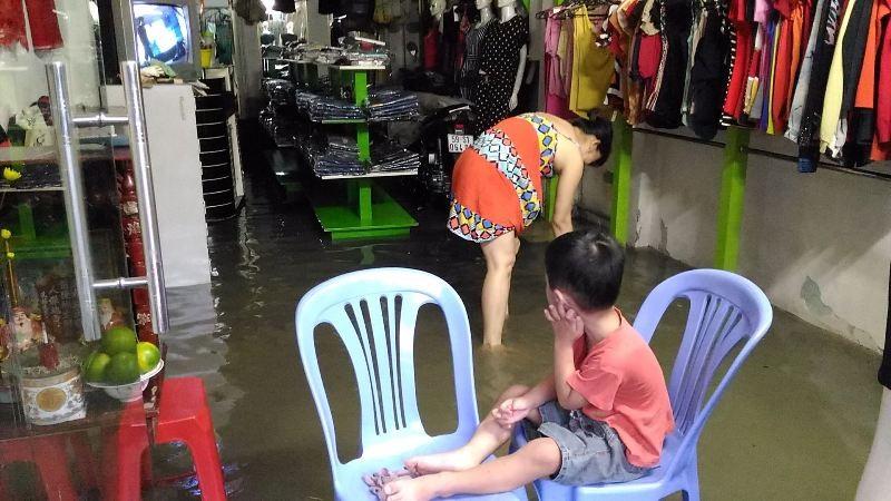 Sinh hoạt của người dân TP.HCM đảo lộn vì mưa lớn - ảnh 2