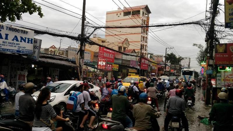 Sinh hoạt của người dân TP.HCM đảo lộn vì mưa lớn - ảnh 7