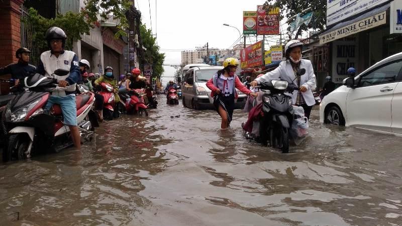 Sinh hoạt của người dân TP.HCM đảo lộn vì mưa lớn - ảnh 5