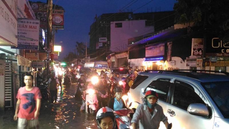 Sinh hoạt của người dân TP.HCM đảo lộn vì mưa lớn - ảnh 12
