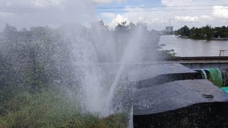 Vỡ ống cấp nước qua cầu Gò Dưa  - ảnh 2