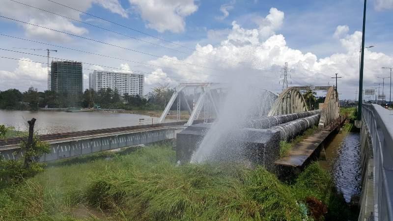 Vỡ ống cấp nước qua cầu Gò Dưa  - ảnh 1