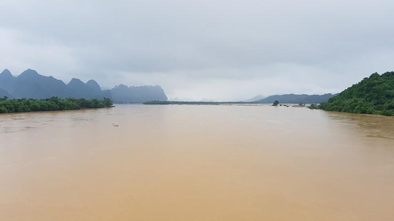 Lũ trên sông Gianh đang nhấn chìm hàng ngàn ngôi nhà - ảnh 1