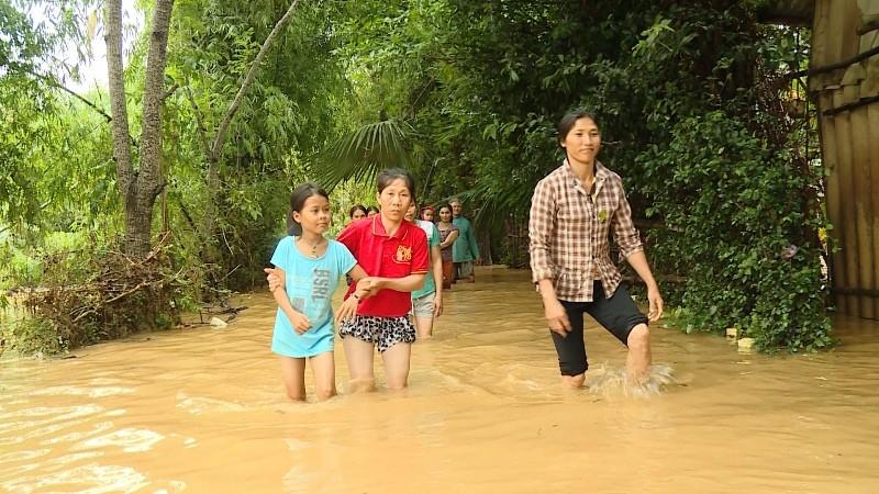 Lũ trên sông Gianh đang nhấn chìm hàng ngàn ngôi nhà - ảnh 4