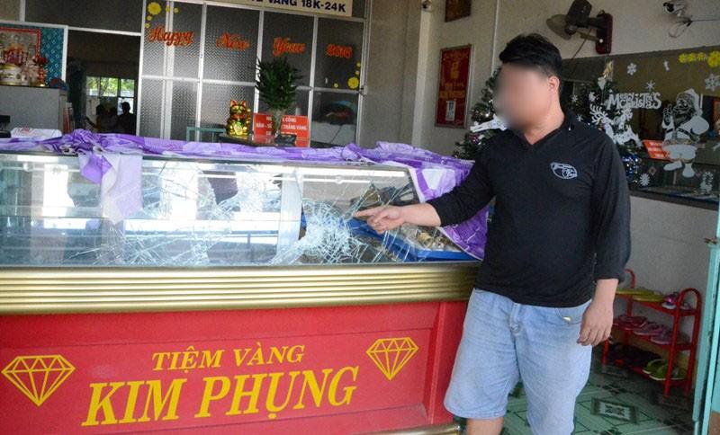 Nhân chứng kể lại vụ cướp tiệm vàng táo tợn ở Tây Ninh - ảnh 2