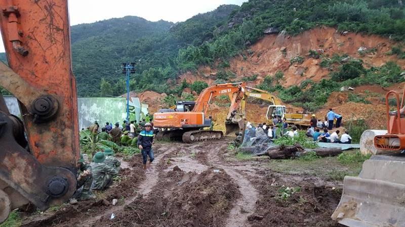 Cận cảnh sạt lở núi ở Nha Trang, ít nhất 2 người chết - ảnh 6