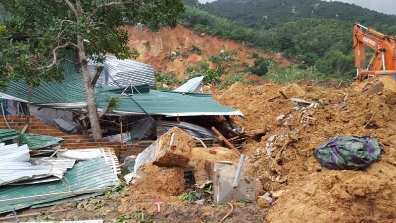 Cận cảnh sạt lở núi ở Nha Trang, ít nhất 2 người chết - ảnh 9