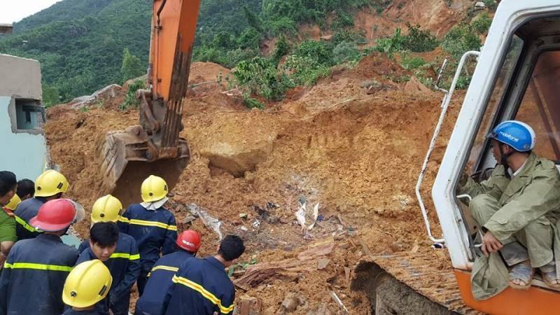 Cận cảnh sạt lở núi ở Nha Trang, ít nhất 2 người chết - ảnh 14