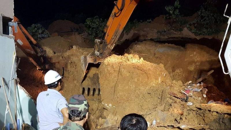 Cận cảnh sạt lở núi ở Nha Trang, ít nhất 2 người chết - ảnh 2