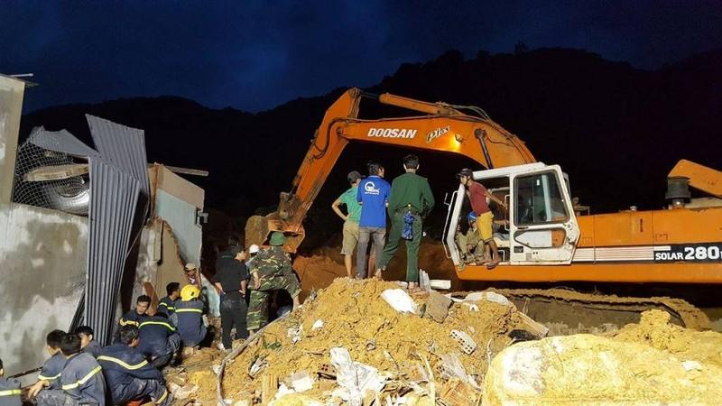 Cận cảnh sạt lở núi ở Nha Trang, ít nhất 2 người chết - ảnh 3
